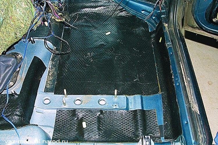 Пол кузова под сиденьем и под ногами переднего пассажира с установленными листами дополнительной шумоизоляции.